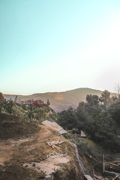 Ait-Ben-Haddou road trip scenery: Dusty overgrown mountain dirt path in the morning light | RollingBear Travels.