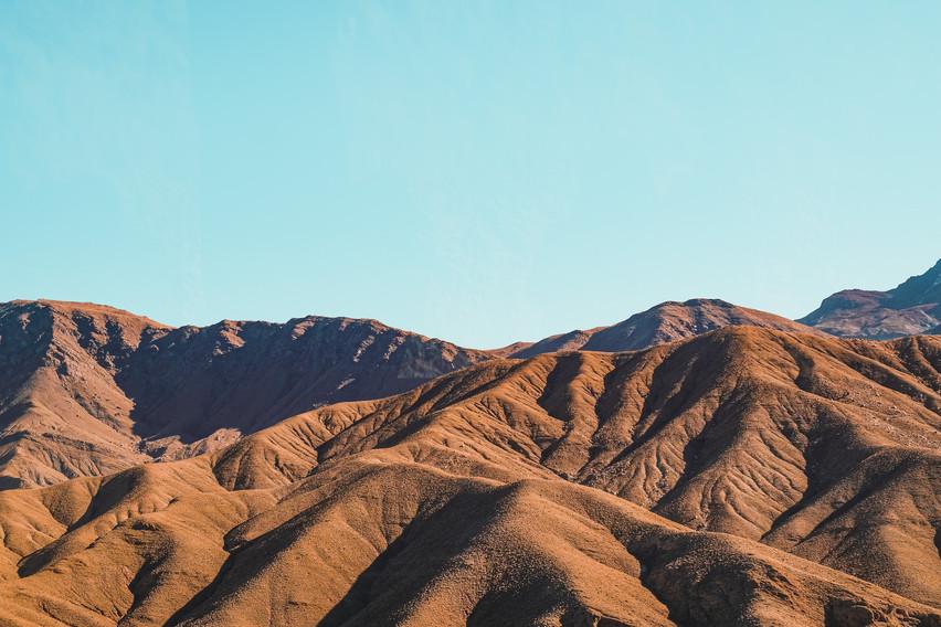 Ait-Ben-Haddou road trip scenery: Moroccan mountain landscape in mid-morning | RollingBear Travels.