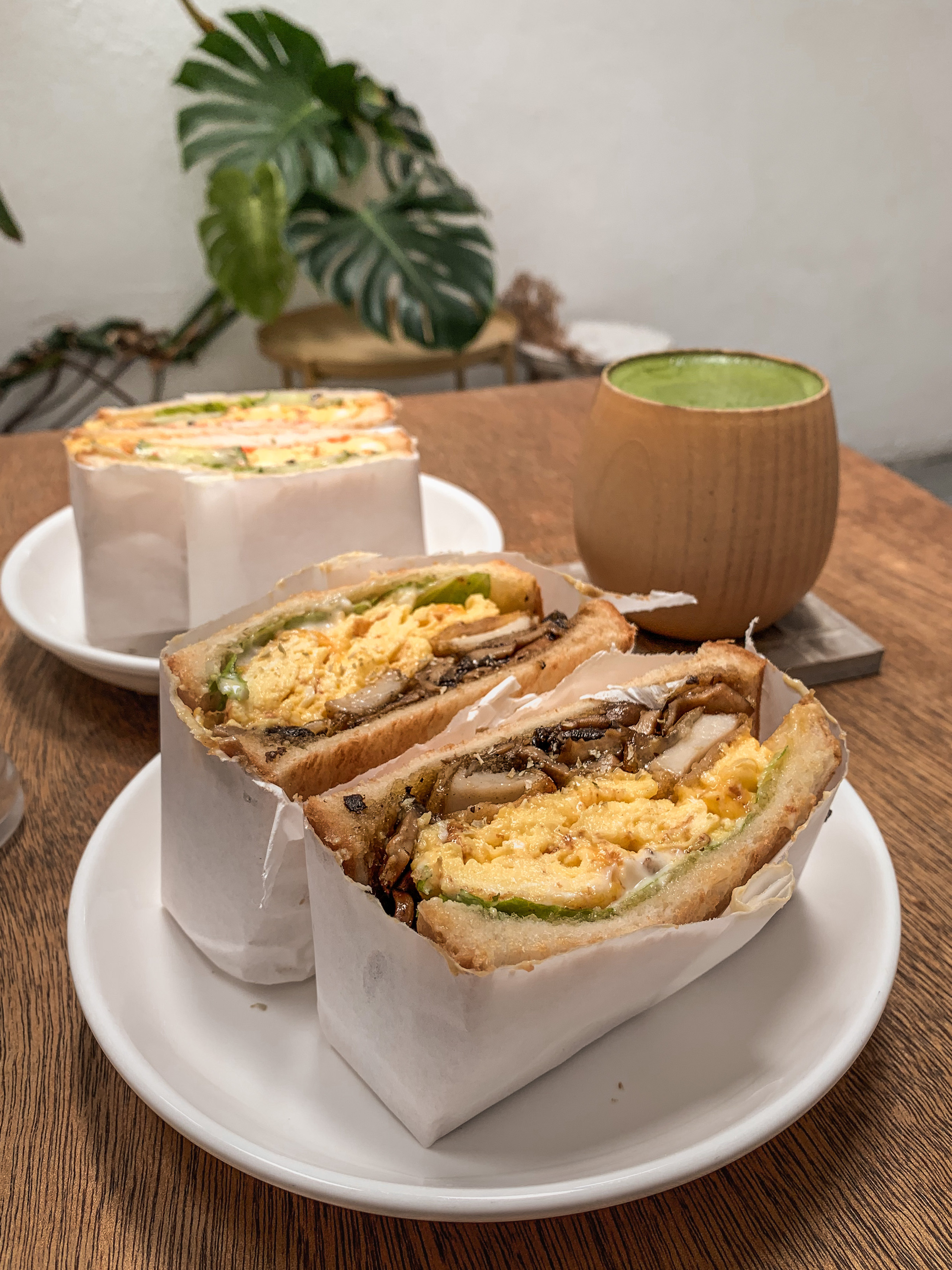 Le楽 Cafe Garlic Butter Shrooms Sandwich, food photography by RollingBear Travels.