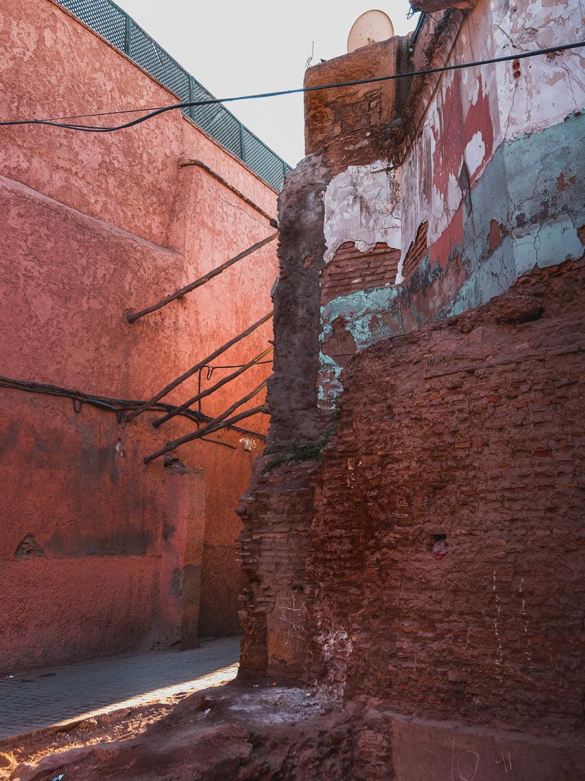 Medina street photography: dusty lane between adobe buildings | RollingBear Travels
