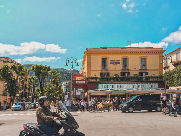 Piazza Tasso, Sorrento in a sunny, summer day | travel photography by RollingBear Travels.