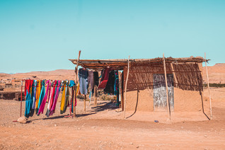 Ait-Ben-Haddou road trip experience: Moroccan handicrafts in a makeshift wooden stall | RollingBear Travels.