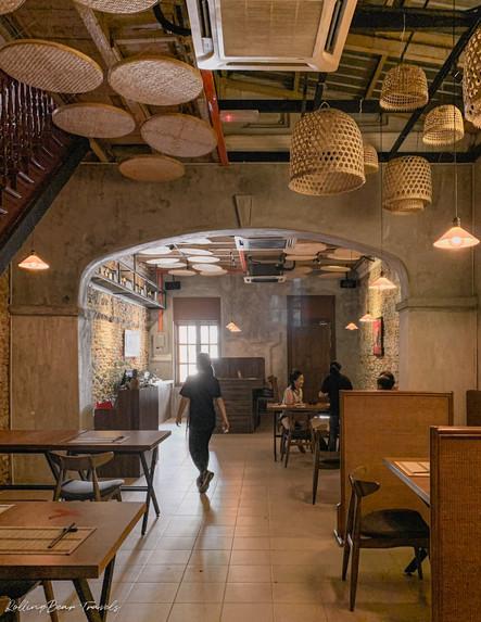 二更Clock Eleven rustic interiors: brick walls, minimalist wooden furniture, dim lighting | RollingBear Travels.