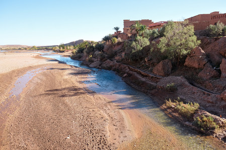 Landscape photography: Ounila River flowing next to the Ait-Ben-Haddou and the desert | RollingBear Travels.