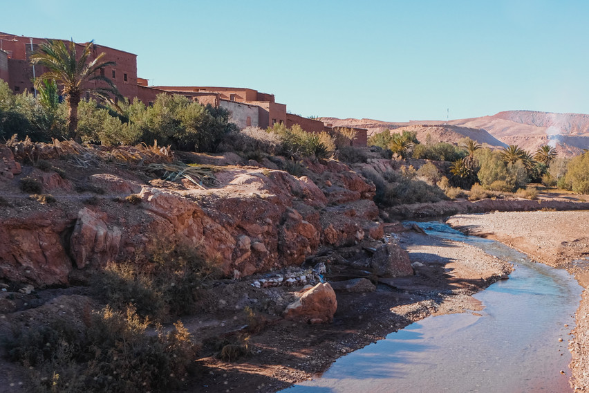 Landscape photography: Ounila River flowing next to the Ait-Ben-Haddou village | RollingBear Travels.
