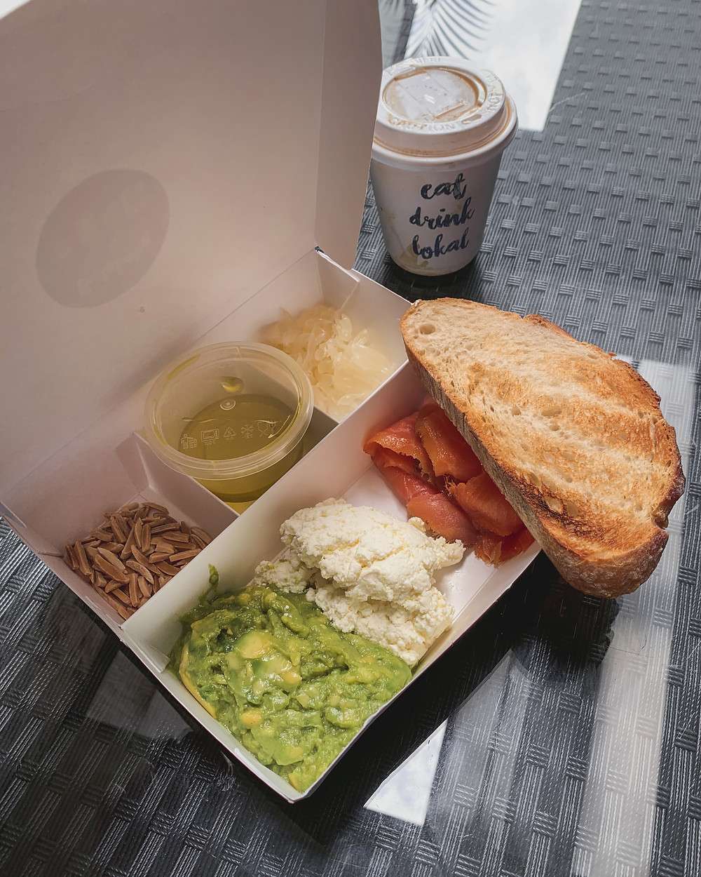 Rollingbear Travels blog/ avocado ricotta smoked salmon toast with pomelo, almond silvers, olive oil, delivery in compartmentalised paper box