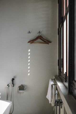 Seven Terraces Hotel Room: Minimalist white bathroom interiors / RollingBear Travels