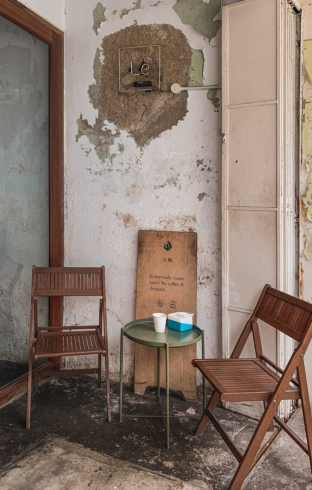 Rustic entrance and decor of Le楽 Cafe, Penang, RollingBear Travels photography.