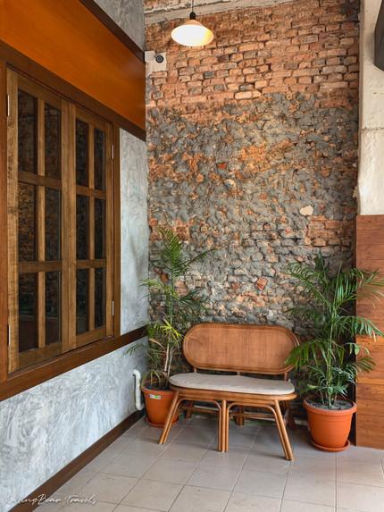 二更Clock Eleven entrance: rattan bench, brick and cement wall, timber window | RollingBear Travels.