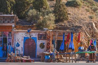 Ait-Ben-Haddou road trip experience: Roadside Moroccan handicrafts store | RollingBear Travels.
