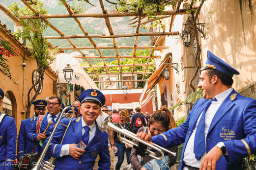 Positano: A cobbled street packed with tourists and a marching band | RollingBear Travels.
