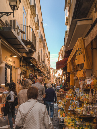 Old Sorrento: Narrow cobbled streets lined with yellow buildings, limoncellos and lemon souvenirs | photography by RollingBear Travels.