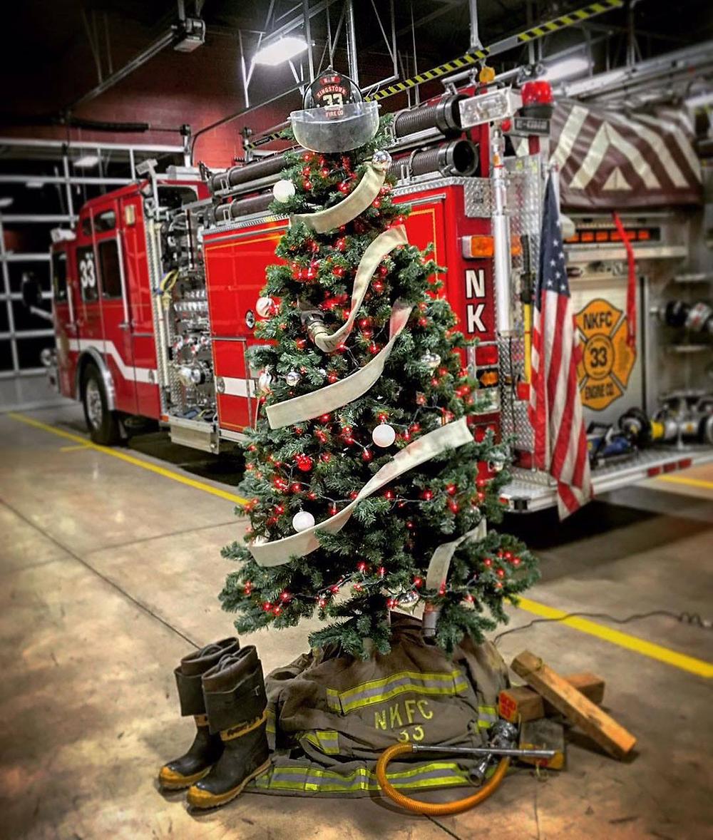 Tűzoltós karácsonyfa (forrás: Lion)