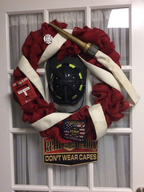 Tűzoltós ajtódísz (Forrás: www.facebook.com/firerescue1)