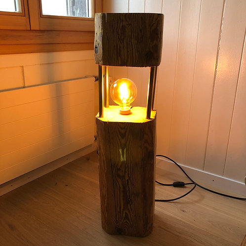 kleine Stehlampe aus Altholzbalken