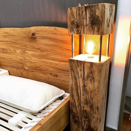 Stehlampe aus Altholzbalken