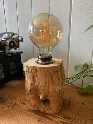 Nachtischlampe im Industriestil aus Althlzbalken