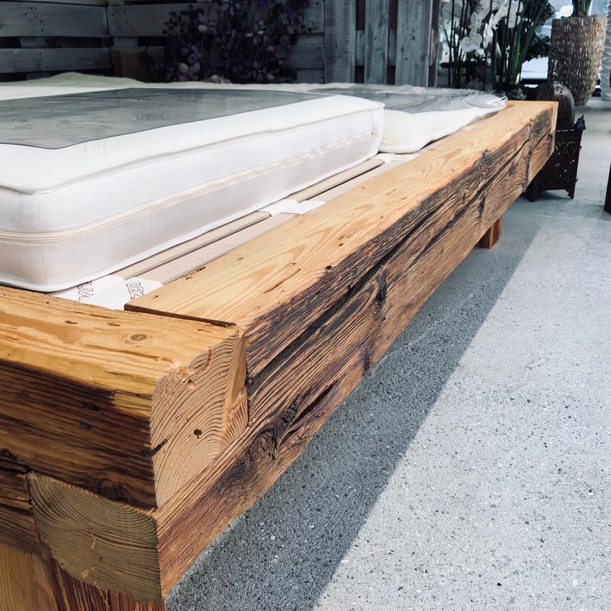 Balkenbett aus Altholzbalken von Art.Life.Wood