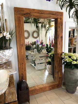 Grosser Spiegel aus Altholbalken