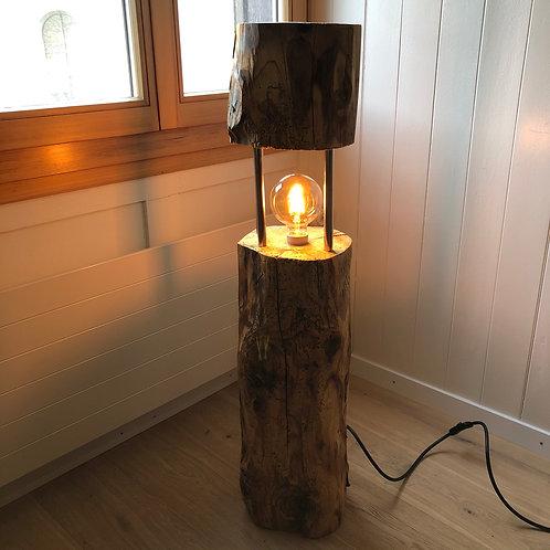 Stehlampe aus rundem Altholzbalken