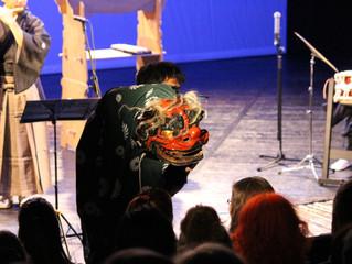 獅子舞が観客の頭を