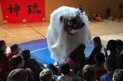 琉球獅子舞に喜ぶ子供たち