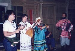 現地民俗舞踊団からの歓迎