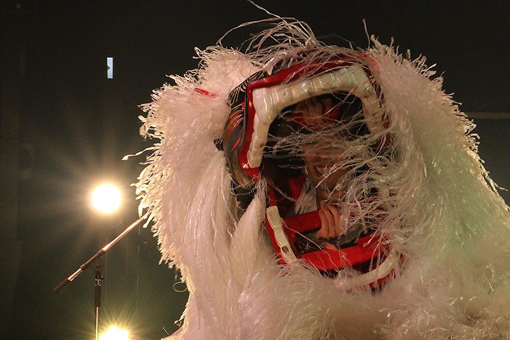純白の獅子舞アップ