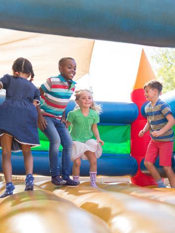 Niños jugando en el castillo hinchable