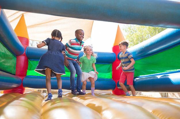 Barn som leker på Bouncy Castle