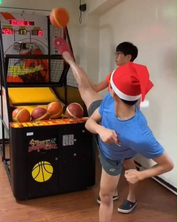 How taekwondo people play arcade basketball 🏀🥋- Christmas Edition🎅🏻🎄