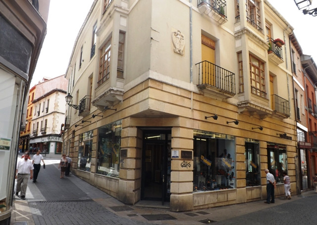 La tienda de calzados La Revoltosa, donde Ramos protagonizó su acción más sonada, sigue abierta en el centro de León.
