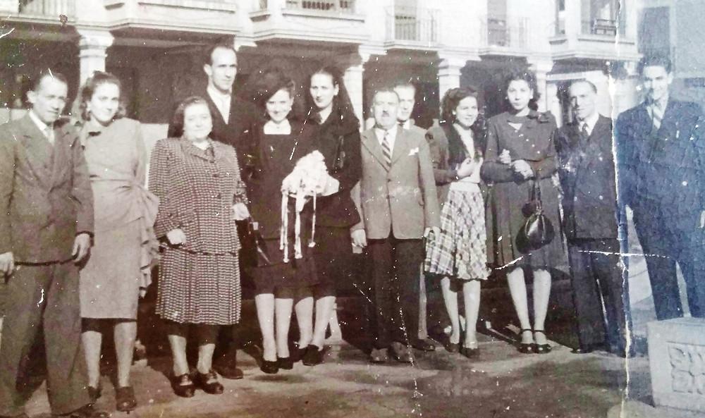 El fallecido Emilio Prieto, en el centro, con empleados. La segunda por la izquierda es la cajera de La Revoltosa y el primero por la derecha es el dependiente que resultó herido. Gentileza de Rosa Canuria.