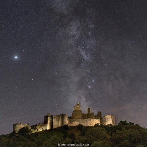 Vía Láctea sobre el castillo
