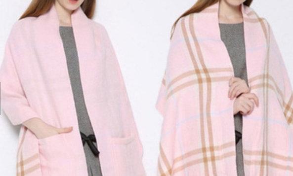 Chal rosado con bolsillos por un lado