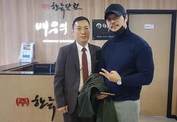 가수 KCM (주)한류닷컴 사무실 방문 기념촬영