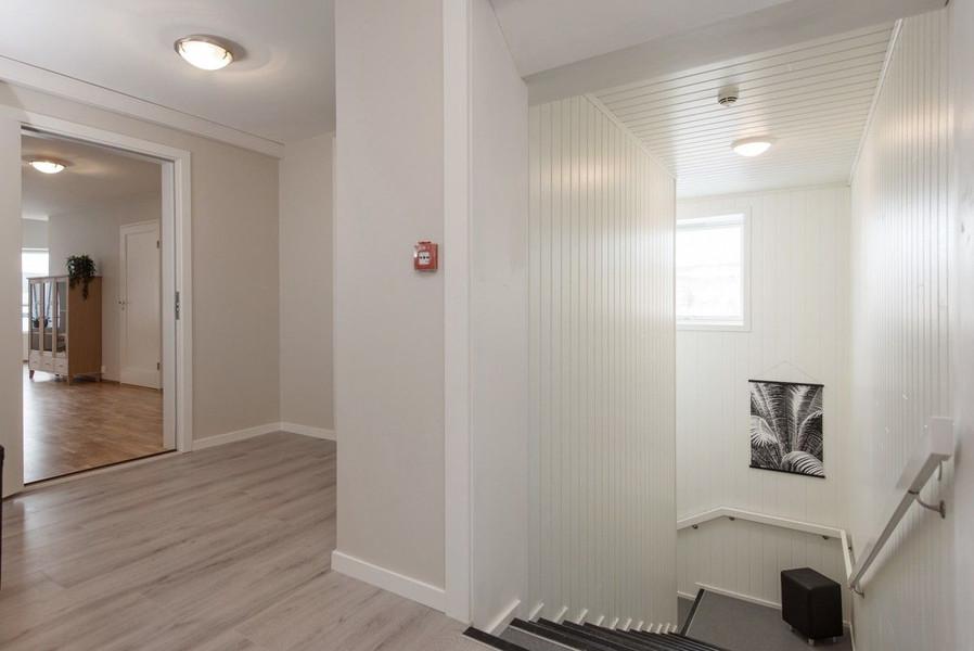Et glimt fra gangen og inn i en leilighet