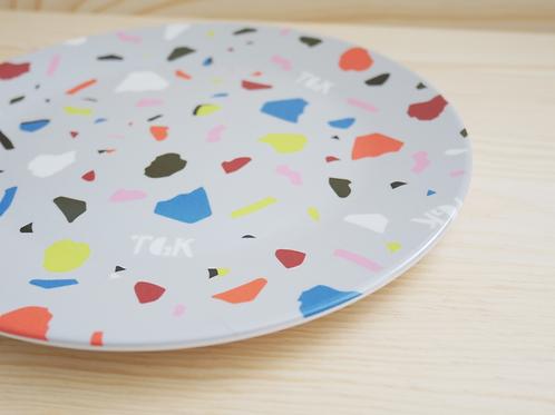 Kleiner Teller mit Terrazzo-Muster in Grau