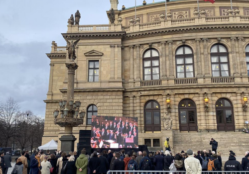 Charles Oliveri-Munroe conducts farewell concert to recently deceased Czech Senate Speaker, Jaroslav