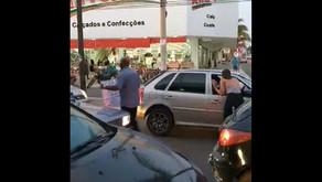 Família de candidato vende água na rua para fazer seu material de campanha