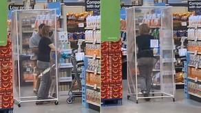 Mais um dia em 2021: cliente vai às compras em gaiola de plástico