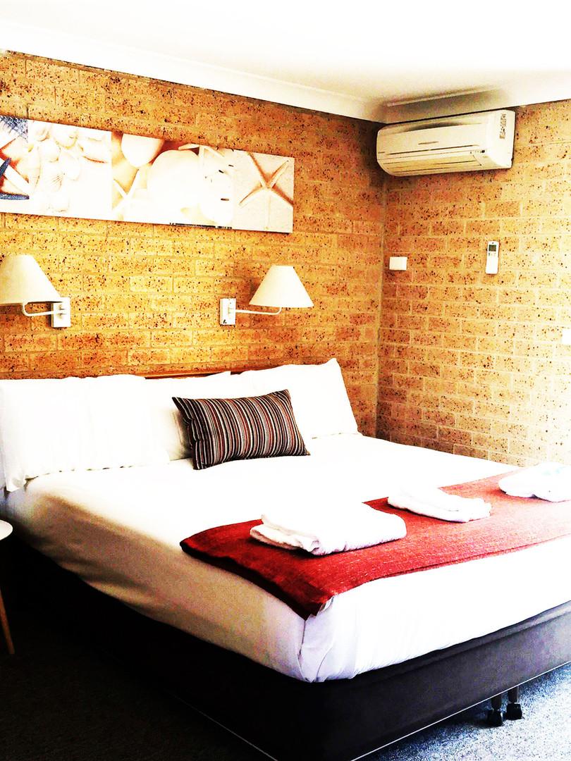 huskisson-bayside-resort-king-bed-balcon