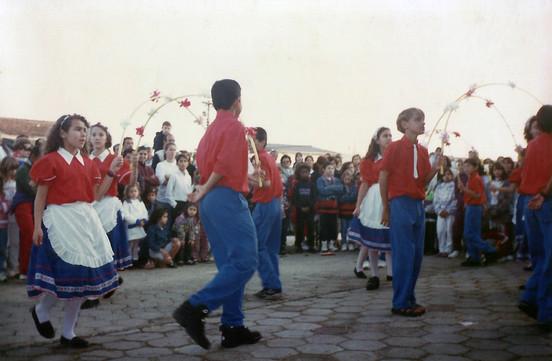 O grupo se apresentava com a Dança do Arco (1996)