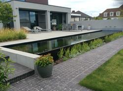 IMG_4160strakke tuin met zwemvijver