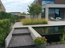 strakke tuin met zwemvijver