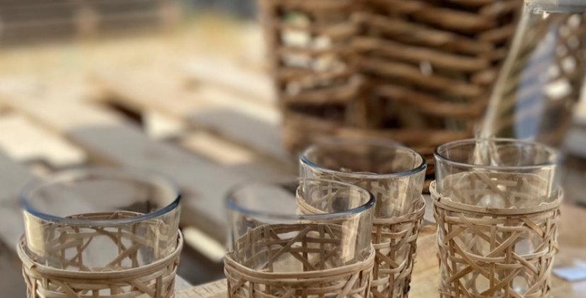 מארז כוסות זכוכית עם קישוט ראטן