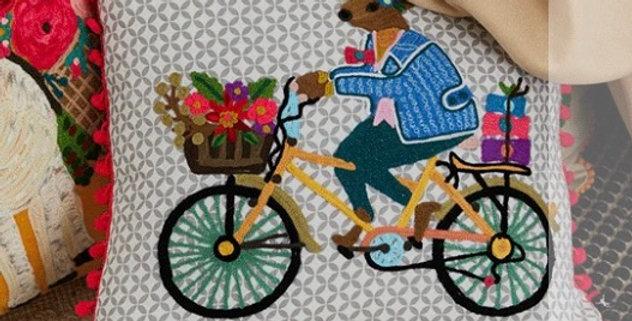 כרית רקומה אייל על אופניים