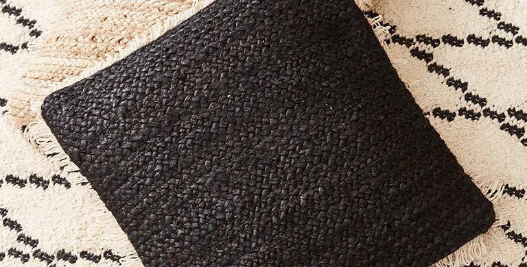 כרית יוטה שחורה מרובעת