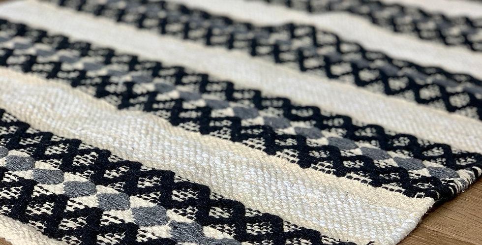 שטיח בוהו בגווני שחור לבן