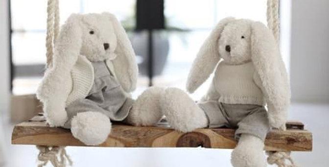 ארנב לבן עם סוודר